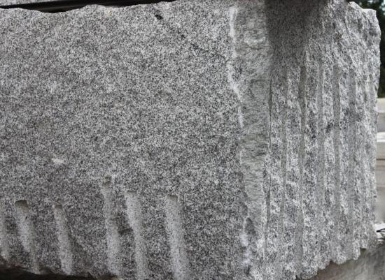 Bloc brut de granit gris